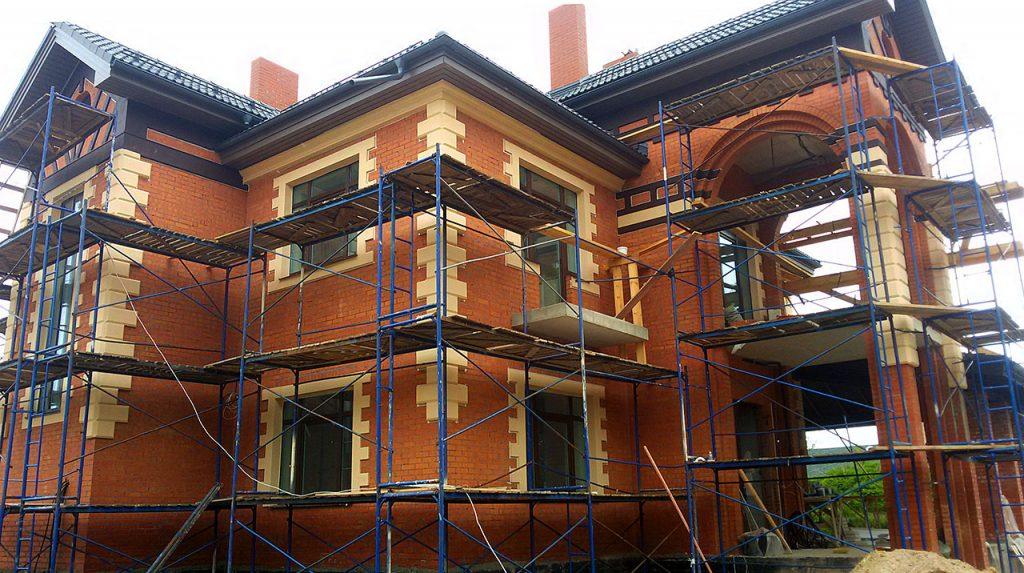 Архитектурные элементы из пенопласта в процессе монтажа на фасад